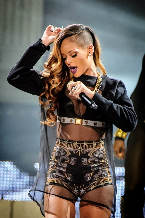 la-modella-mafia-Rihanna-in-a-Custom-Givenchy-by-Riccardo-Tisci-outfit-for-her-2013-Diamonds-World-Tour-31
